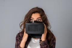 Стекла виртуальной реальности испытания девушки очарования Стоковые Фотографии RF