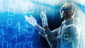 Стекла виртуальной реальности и футуристический хакер печатая на клавиатуре vr Стоковое Изображение