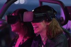 Стекла виртуальной реальности молодой женщины нося Стоковая Фотография