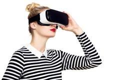Стекла виртуальной реальности привлекательной женщины нося Шлемофон VR Концепция VR на белой предпосылке стоковая фотография rf