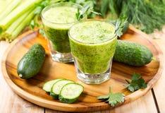 Стекла зеленого vegetable сока стоковые изображения
