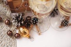 Стекла зимы wedding с конусами шампанского и сосны Стоковая Фотография