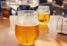 Стекла золотого пива внешние Стоковые Фото
