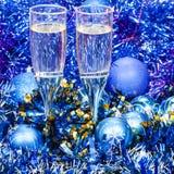 Стекла игристого вина в голубых украшениях Xmas Стоковое Изображение