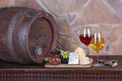 Стекла и бутылки вина, сыра на старом бочонке Стоковые Изображения RF