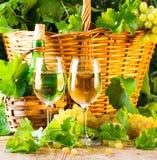 2 стекла и бутылки виноградин basketof белого вина Стоковые Фотографии RF