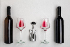 Стекла и бутылки красного и белого вина на белой предпосылке от взгляд сверху Стоковые Фотографии RF