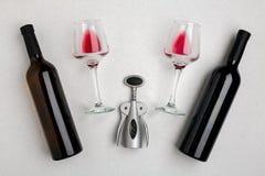 Стекла и бутылки красного и белого вина на белой предпосылке от взгляд сверху Стоковое фото RF