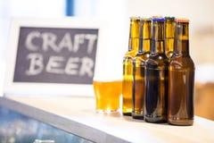 Стекла и бутылки пива на счетчике бара Стоковое Фото
