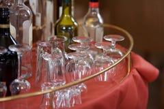 Стекла и бутылки показанные на таблице ресторана Стоковая Фотография