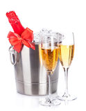 2 стекла и бутылки шампанского в охладителе Стоковые Фото