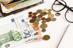 Стекла и карта бумаги ручки денег на белой предпосылке, высчитывая Стоковая Фотография RF