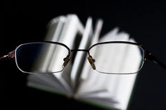 Стекла и книга Стоковые Изображения