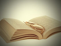 Стекла и Книг-год сбора винограда Стоковая Фотография