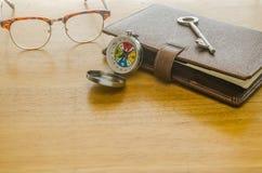 Стекла и коричневый кожаный организатор с ключом Стоковая Фотография