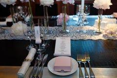 Стекла и плиты, вилки и ножи на таблице Стоковые Изображения RF