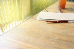 стекла и ручка глаза на бумажном блокноте стоковое изображение rf