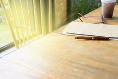 стекла и ручка глаза на бумажном блокноте стоковые изображения