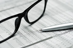 Стекла и ручка на предпосылке отчета о запасе Стоковые Фотографии RF