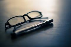 Стекла и ручка на таблице стоковые фотографии rf