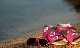 Стекла и сандалии Стоковые Изображения