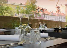 Стекла и сервировка стола в ресторане Стоковое фото RF
