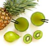 2 стекла кивиа, ананаса, сока груши изолированного на белизне и ингридиентов Стоковое Изображение