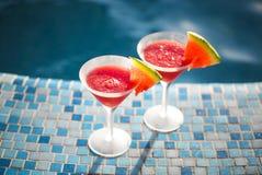 Стекла коктеиля арбуза около бассейна Стоковое Изображение RF