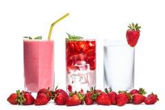 3 стекла коктеиля и ягод клубники стоковое фото rf
