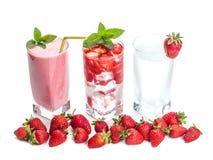 Стекла коктеиля и ягод клубники стоковое фото rf