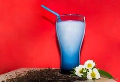 Стекла коктеиля молока с клубникой, мороженым на деревянной плите и красной предпосылкой Пить помадки для концепции лета Стоковые Фотографии RF