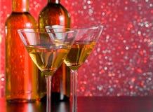 Стекла коктеиля на таблице бара перед бутылками Стоковые Фотографии RF