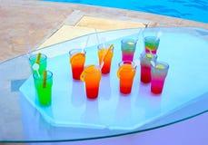 Стекла коктеиля плодоовощ на бассейне Стоковое фото RF