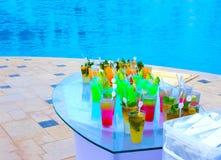 Стекла коктеиля плодоовощ на бассейне Стоковая Фотография
