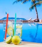 2 стекла коктеиля с известкой отрезают около бассейна Стоковое Фото