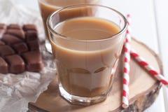 2 стекла кофе и солом Стоковые Фотографии RF