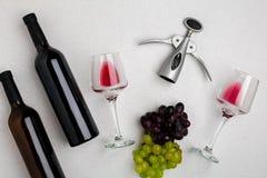 2 стекла красного вина и виноградин Взгляд сверху Стоковые Изображения RF
