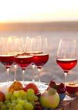 Стекла красного вина на заходе солнца приставают к берегу Стоковые Фотографии RF