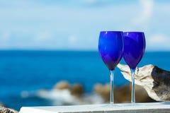2 стекла красного вина на Тихоокеанском побережье Стоковое Изображение RF