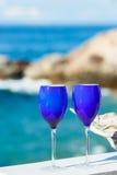2 стекла красного вина на Тихоокеанском побережье Стоковая Фотография