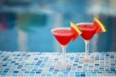 Стекла кусков коктеиля арбуза около бассейна Стоковая Фотография