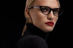 Стекла моды женщины нося Женщина с красными губами в Eyewear Стоковое фото RF