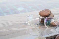 Стекла на бассейне с камешком Стоковое Изображение RF