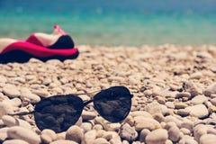 Стекла на пляже камешков Стоковая Фотография