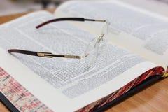 Стекла на Talmud Исследование Torah предпосылки Стоковое Фото