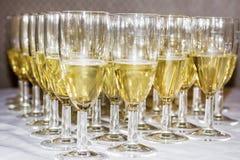 стекла обрамленные шампанским горизонтально сняли Стоковые Фото