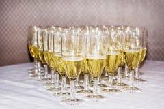 стекла обрамленные шампанским горизонтально сняли Стоковое Фото