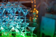 стекла обрамленные шампанским горизонтально сняли Wedding шампанское скольжения для жениха и невеста Красочные wedding стекла с ш Стоковые Изображения