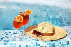 Стекла оранжевого коктеиля спирта на бирюзе мочат предпосылку Стоковые Изображения RF