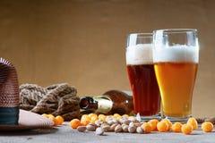 Стекла пива, веревочки, шариков сыра, пустой бутылки и гаек фисташки Стоковые Фото